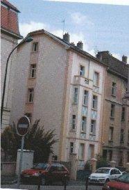 Situé rue Paul Diacre, bel appartement de type F2 situé au RDC surélevé. Une entrée, deux pièces, une cuisine et une salle de bains-wc. Chauffage individuel au gaz avec production d'eau chaude. Proche commerces et lignes TCRM.