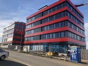 Nouvelle Construction de 3 Immeubles de bureaux comprenant des plateaux à partir de 444 m2 jusqu\'à 607m2, conforme aux dernières réglementations environnementales européennes, comprenant 250 places parkings.<br>Livraison  fin 2018- 2.phase fin 2019 <br>Livraison bureaux *Clé en Main*<br> Dimensions façade allant de 24 m Bloc A et B à 34 m pour le bloc C.<br>Prix de location pouvant varier suivant les finitions de matériaux choisis.<br><br>Description situation:<br>Ce projet immobilier bénéficie d\'une situation unique, car situé à Livange,au sud de la capitale(10min),dans la commune de Roeser ,avec facilités d\'accès immédiate à l\' autoroute allant vers la France , à 8 Km du centre de Luxembourg et à 10 Km de l\'aéroport international.<br>Restaurations et Hôtel IBIS / ACCOR /restaurant TURI sont situés sur le même site.<br>Parmi les occupants ayant déjà choisi cette localisation citons parmi d\'autres Valentino Caffè , Socotec,Olky....<br><br />Ref agence :Domaine de Livange  C04