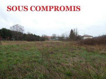 ** SOUS COMPROMIS **   Nous VENDONS à FREISTROFF (57320)  un terrain à bâtir de 15 ares, parfaitement plat et libre de construction.  Situé hors lotissement, il offre une largeur de façade de 23 mètres. Il est idéalement orienté Sud-Est sur sa face arrière.  Sa viabilisation sera aisée à réaliser.  Il est immédiatement disponible.  CONTACT :  Gérard STOULIG – Agent commercial au : 06 03 40 33 55 ou l\'agence au : 03 87 36 12 24.  NB : Les frais d\'agence sont inclus dans le prix annoncé.