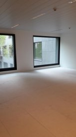 REMAX Real Estate Services, Spécialiste de l'immobilier au Luxembourgi, vous propose à la location à STRASSEN, proche de toutes lcommodités et voies d'accès autoroutiers , ce magnifique espace Bureau à moduler et personnaliser selon vos besoins et gouts.  Situé au 1er étage (ascenseur) d'un bâtiment ultra moderne, HIGH TECH, certifié BREEAM,  aux normes environnementales et énergétiques actuelles ce bureau open-space, vous est livré neuf et modulable selon l' engagement de durée.  Doté de grandes baies vitrées, de spécificités techniques ultra-moderne (façade active, câblages électrique et informatique, gaines au sol...) à découvrir sur place, cet espace bureau vous séduira par son calme absolu. Conçu, afin d'optimiser le confort visuel, acoustique et thermique.il est issu d'une nouvelle génération de bureaux high tech étonnant. Au sein d'un bâtiment inscrit dans la catégorie des constructions durables, il assure la qualitè de vie et de travail de ses occupants  Nombreuses places de parking intérieures sécurisées à disposition, à la location  Important : Possibiité également  - d'un espace bureau de 95,33 m2 m2 à 2765 € ht/mois - d'un espace bureau de 343,33 m2 à 9947 € ht/mois  Contact Bertrand GILL   GSM  691 89 80 10 pour plans, visite, études et demandes particulières.  Ref agence :5095687