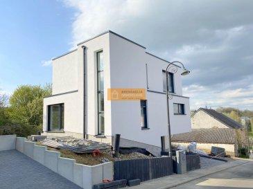 Belle maison d\'une architecture moderne construite sur un terrain de 3a21ca. <br><br>La maison dispose d\'une surface totale 185,96m2 se compose de:<br><br>Rez-de-chaussée:<br>Hall d\'entrée, garage pour 2 voitures, cave, chaufferie et salle de douche/buanderie.<br><br>Etage1:<br>Grand living/salle à manger avec cuisine ouverte équipée donnant accès à la terrasse et au jardin (Ouest), débarras et WC séparé.<br><br>Etage 2:<br>Palier, 3 chambres-à-coucher  et 1 salle de bain + WC.<br><br>Prix affiché avec  3% de TVA inclus.<br><br> La cuisine sera facturée séparement à 20.000 euros