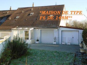 * MONDELANGE, MAISON DE TYPE F6 DE 148 M² SUR 14 ARES A DECOUVRIR  *. Sandrine Di Francesco au 06 33 83 40 82 ( titulaire de la carte professionnelle de la chambre des commerces Siret :78900935400018 ) vous propose cette maison de 148 m² des années 1980 ( mitoyenne d\' un côté ), située dans une impasse, proche des écoles,de l\' A4/A31 et de toutes les commodités.<br/>Cette maison construite sur 14 ares, offrant de beaux volumes, comprend une belle pièce de vie de 31 m²  environ donnant accès direct sur son terrain. <br/>Deux  pièces de 13 m² environ pouvant servir de chambres, une cuisine indépendante aménagée ( à relooker selon ses goûts ), un wc.<br/>A l\' étage : quatre chambres dont une bénéficiant d\' un balcon ainsi qu\' une salle de bain avec wc à relooker .<br/>Pour compléter ce bien, Un garage prévu pour deux véhicules ainsi qu\' une dépendance pouvant servir de cuisine d\' été. Chauffage au Gaz. Excellent DPE ( C ).<br/>A réconforter au niveau des papiers peints et prévoir travaux de type menuiserie.<br/>*Les visites auront lieu uniquement après un premier entretien téléphonique.*