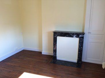 PROCHE CENTRE.  Appartement de 76 m2 au premier étage, proches des commodités et commerces<br> Vous entrerez par le salon, vous disposerez d\'une cuisine, d\'un salon, d\'une salle de bains, d\'un bureau en enfilade, de 2 chambres, d\'une cheminée décorative. Vous profiterez d\'une terrasse en balcon privative et d\'un garage plus une cave privatifs.<br> Grenier au dessus, terrasse, cave en dessous. Cour fermée, garage avec porte basculante et petite pièce à côté. Chauffage gaz de ville.<br> LIBRE DE SUITE, venez visiter !<br> Pour plus d\'informations, contactez le 02.43.46.72.51 ou aml.ventimmo.cdl@orange.fr