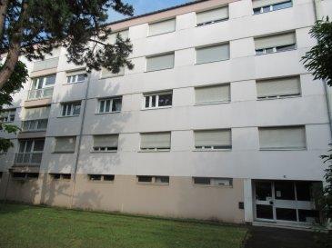 BAN SAINT MARTIN - 58A ROUTE DE PLAPPEVILLE - Dans une copropriété entretenue et arborée, au 4ième et dernier étage sans ascenseur, appartement 3 pièces de 73 m². Lumineux et spacieux, ce bien se compose d'une entrée, d'un salon-séjour, d'une cuisine, d'un cellier, de deux chambres, d'une salle de bain et d'un wc. Le logement dispose également d'une cave et d'un parking. Chauffage collectif.