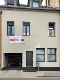 Veuillez contacter Eusébio Henriques pour de plus amples informations :  - T : +352 691 660 033 - E : henriques.eusebio@remax.lu  Lien visite virtuelle : https://premium.giraffe360.com/remax-select/e4537053951f4a0f9b9d1bb922d477df/  RE/MAX, Spécialiste de l'immobilier à Differdange, vous propose cette superbe maison mitoyenne avec garage. Cette maison a été entièrement rénovée avec beaucoup de goût en 2016 (dalles, Électricité chauffage, canalisation intérieure).   Elle se compose comme suit:  - Au rez-de-chaussée vous trouverez, son hall d'entrée, salon/séjour, WC séparé, cuisine ouverte et équipée donnant sur une terrasse / cour intérieure et une pièce servant de rangement.  - Au premier étage vous découvrirez 2 belles chambres lumineuses aux volumes généreux, une salle de bain ainsi qu'une chambre spacieuse avec terrasse.  - Au deuxième et dernier étage vous disposez d'un appartement deux chambres en duplex avec cuisine entièrement équipée ouverte sur un séjour, une salle de douche avec WC, ainsi qu'une très grande chambre dans la mezzanine.  Terrain de 1.15 ares.  Chauffage à gaz, chaudière changée en 2016. Toiture isolée et neuve de 2016. Cette maison est idéale pour une grande famille.   La disponibilité sera à convenir avec les propriétaires.  Frais d'agence RE/MAX : 3 % du prix de vente à la charge de la partie venderesse + TVA