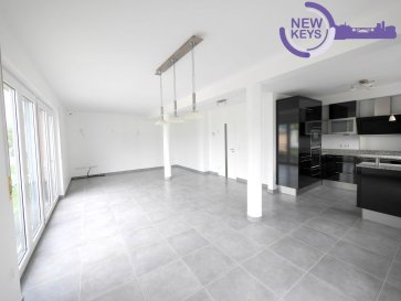 New Keys vous propose en exclusivité ce bel appartement 2 chambres situé á Hunsdorf proche de toutes commodités (école, transports publics, supermarchés).  Situé au premier étage l'appartement se présente de la manière suivante:  - Hall d'entrée avec accès á la terrasse (12m2) - Cuisine équipée ouverte - Living spacieux et lumineux (40m2) - WC séparé - 2 chambres (12m2 et 14m2) - Salle de bain avec douche italienne  Pour compléter ce bien: - Cave privative - 1 emplacement intérieur  N'hésitez pas à nous contacter au 27 99 86 23 ou 661 120 388 ou par mail info@newkeys.lu pour plus d'informations ou une éventuelle visite.    New Keys bitt Iech exclusiv des wonnerschéin Wunneng mat 2 Schloofkummeren zu Hensdref nobäi vun villen Kamouditéiten (Schoulen, effentlechen Transport, Akaafméiglechkeente).  D'Wunneng befennt sech um éichten Stack an deelt sech wéi folgt op:  -Agangsberäich mat Zougang op d'Terrass (12m2) -Equipéiert oppen Kichen -Groussen, hellen Living (40m2) -2 Schloofkummeren (12m2 an 14m2) -Separat WC -Buedzemmer mat italieniescher Dusch  Weider Virdeeler van deser Wunneng:  -Privaten Kellerdeel -Garagenplatz mat elektrescher Paart  Zéckt net eis bei weideren Froen oder enger méiglecher Visite ze kontaktéiren! 661 120 388 ou info@newkeys.lu    New Keys is offering exclusively this two bedroom flat located in Hunsdorf near all amenities (school, public transport, shopping facilities).  The flat on the first floor is composed as follows:  - Entrance area with access to the terrace (12m2) - Open fully equipped kitchen - Big an bright living room (40m2) - 2 bedrooms (12m2 and 14m2) - Separate toilet - Bathroom with Italian shower  Further advantages of this flat:  -Private cellar compartment  -garage parking space with electric door  Please do not hesitate to contact us for further information or if you would like to make a visit! 352 661 120 388 or info@newkeys.lu Ref agence : 5003581