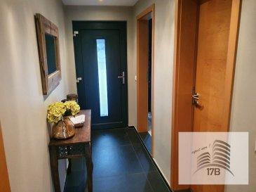Maison avec garage et jardin d'une surface d'environ 200 m2, libre de 3 côtés, érigée sur un terrain de 3,58 ares composée comme suit:  Rez-de-chaussée : Hall d'entrée, bureau, WC d'hôtes, cuisine équipée ouverte sur salle à manger avec accès terrasse et jardin, garage pour 2 voitures en enfilade.  1ier étage : Couloir, Living avec cheminée, chambre parentale avec dressing et salle de douche attenante, salle de bain, une chambre.   2ième étage : Hall de nuit, 2 chambres mansardées dont une divisible en 2 chambres, salle de bain.  Sous-sol : cave à vin, buanderie, cave avec accès vers le jardin.  Extérieur :  - terrasse couverte avec four et barbecue, point d'eau - jardin  Équipements :  - aspirateur centrale - chaudière de 2017  La maison a été rénovée complètement en 2013.  Elle se situe sur un axe principal avec une bonne connexion au réseau des transports en public. Accès facile au distributeur d'autoroute.   Pour tout renseignements supplémentaires ou pour convenir un rendez-vous pour une visite, veuillez nous contacter par téléphone au (+352) 691 400 705 ou au (+352) 691 400 706 ou par mail : info@17b.lu