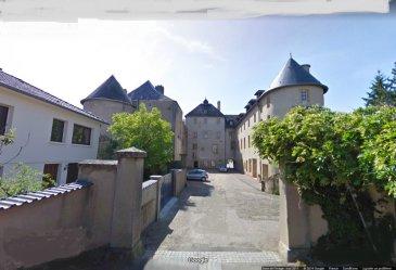 Moulins-lès-Metz, produit rare F3 de 76.3m². Dans un cadre exceptionnel,  un château du XVIè siècle.<br/>Dans une petite copropriété de 4 lots, un vaste appartement de 3 pièces composé d\'une entrée, un salon-séjour, deux chambres, une salle de bain, un wc. une cuisine équipée.<br/>Un garage. Chauffage individuel au gaz.<br/>Copropriété de 4 lots (Pas de procédure en cours).<br/>Charges annuelles : 600.00 euros.