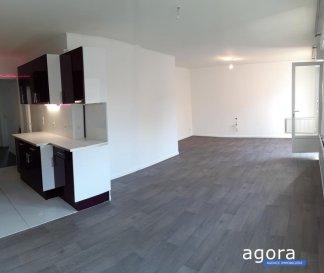 YUTZ ' F4 bis 2 chambres et bureau, parking, possibilité garage, <br /><br />Laissez-vous séduire par cet appartement F4 bis de 83.5 m² dans une petite copropriété bien entretenue au 2 ème étage offrant une cuisine équipée ouverte sur salon - séjour de 35 m² et doté d'un balcon, 2 chambres de 11.30 m² dont 2 profitant de placards, 1 bureau de 8 m², 1 entrée, 1 sdb avec baignoire, wc séparé, <br /><br />L'appartement a fait l'objet d'une rénovation pour la vente, et offre de nombreux rangements (un placard dans chaque pièce).<br /><br />La copropriété est composée de 4 appartements, gérée par le propriétaire très faibles charges. Parking privé et stationnement facile, mais possibilité acquérir un garage.<br /><br />Chauffage individuel, Double vitrage Pvc, <br />Appartement lumineux, situé proche des axes routiers, et des commodités.<br /><br />Belle opportunité à 171 900 '<br /><br />A propos de la copropriété : <br />Charges mensuelles 15 ' - 4 lots<br />DPE : D chauffage annuel 400 ' <br /><br />Honoraires à la charge du vendeur<br />Agora Thionville : 03 82 54 77 77
