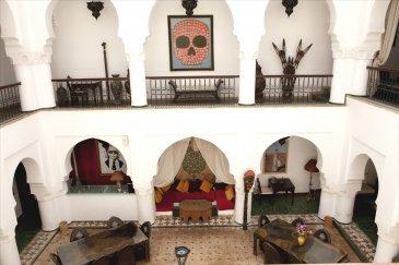 SPLENDIDE RIAD de 350m² situé en plein coeur de Marrakech.  Venez découvrir ce RIAD au charme Marocain qui vous offre 9 Chambres avec leur salle d\'eau individuelle.  Un Patio vous permettra de profiter de la piscine et également de vos repas.  Ses Terrasses permettront à vos hôtes de profiter d\'une belle vue sur les montagnes de l\'Atlas.  BIEN D EXCEPTION dans la MEDINA de MARRAKECH  Il s\'agit d\'une transaction par cession de part d\'une SCI Française  Nous contacter d\'urgence pour ce bien hors normes www.mattimmo.com