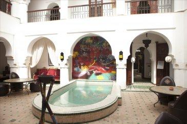 RIAD de 350m² situé en plein coeur de Marrakech.  Venez découvrir ce RIAD au charme Marocain qui vous offre 9 Chambres avec leur salle d\'eau individuelle.  Un Patio vous permettra de profiter de la piscine et également de vos repas.  Ses Terrasses permettront à vos hôtes de profiter d\'une belle vue sur les montagnes de l\'Atlas.  Il s\'agit d\'une transaction par cession de part d\'une SCI Française  N\'hésitez pas à nous contacter pour de plus amples renseignements.