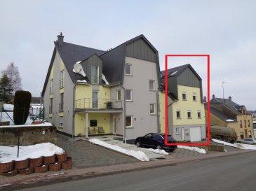 Spacieux et lumineux triplex de 185m² à louer dans le village de Rambrouch, toutes les commodités sur place.  Niveau 0: - hall d'entrée - 3 caves - double garage - chauffage bio-gaz.  Niveau 1: - grand séjour / salle à manger - cuisine équipée avec sortie sur grande terrasse - wc séparé - débarras.  Niveau 2: - 3 chambres à coucher - salle de bain et douche - wc séparé.  Volets électrique, alarme, moustiquaires.....