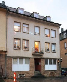 Bel appartement sis au centre de Consdorf dans une petite copropriété de 5 unités.  L'appartement se trouve au 3ème étage avec à l'entrée un petit vestiaire et un hall d'entrée.  Dans le spacieux séjour se trouve un feu ouvert et une mezzanine amménagée comme bureau. A coté du séjour se trouve la salle à manger avec la cuisine ouverte.  L'appartement a une surface utile suivant cadastre vertical de 105,4m2  Sur le même étage se trouvent 2 chambres à coucher, dont une avec une mezzanine, une  salle de bains et un cellier. Une 3ème chambre est aménagée dans les combles.  Au niveau sous-sol se trouve une grande cave de +-8m2.  L'appartement peut profiter d'un jardin et de deux emplacements extérieurs non cadastrés.  N'hésitez pas de nous contacter au 26 88 05 96 pour visiter ce bien. Ref agence :ICL 861553