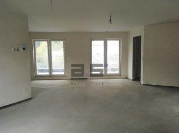 ***DERNIER BIEN DISPONIBLE***     A.S. Real Estate, vous propose en état de futur achèvement, une nouvelle Résidence de standing située à Tétange, Commune de Kayl, proche de toutes commodités.   La résidence est composée de 12 appartements et de 2 penthouses /duplex répartis sur 5 niveaux et bénéficiant de terrasses ou balcons.     Chaque appartement bénéficie d'un espace ergonomique et lumineux, équipé de volets électriques, d'un chauffage au sol, de fenêtres à triple vitrage et d'une ventilation mécanique et contrôlée.     Ce penthouse se compose d'un hall d'entrée, d'une cuisine ouverte sur un double living de +/- 40m2 avec accès à deux terrasses de +/- 24m2 et +/- 28m2, de deux chambres de +/- 12m2 et d'une suite parentale de +/-16.25m2 aménagée d'une salle de douche de +/- 4.06m2 avec w.c. et d'un coin dressing bénéficiant toutes d'un accès à la terrasse, d'une salle de bain de +/- 6.82m2 avec w.c et et d'un w.c séparé.     Une cave privative complète ce bien.     Emplacement de parking intérieur à 25.750 TTC 3%.   Emplacement de parking extérieur à 17.304 € TTC 3%.     * Tarif exprimé TTC 3% sous réserve d'agrément.  * Photographies 3D non contractuelles  Pour tous renseignements ou pour convenir d'une éventuelle visite, veuillez nous contacter au (+352) 621 274 674