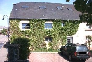 Agréable appartement à louer au 1er étage dans le village d'Elvange (Beckerich).  - hall d'entrée avec coin vestiaire - séjour / salle à manger avec coin cuisine équipée - salle de bain avec douche et connexion lave-linge - 2 chambres à coucher - débarras - wc séparé - cave.