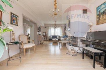 Thierry Marteau & RE/MAX Select, spécialistes de l'immobilier, vous proposent une superbe maison de ville libre des 3 côtés d'environ 160m² aux portes de la ville. Cette maison exceptionnelle, située dans un secteur calme et recherché, vous séduira par ses volumes, ses hauteurs sous plafond et sa luminosité.  Elle se compose d'un hall d'entrée desservant un grand séjour/salon d'environ 38m² avec sa cheminée qui réchauffera vos longues soirées d'hiver, d'une cuisine équipée ouverte sur une agréable et lumineuse véranda.  À l'étage, 3 magnifiques chambres avec parquet véritable de 15m², 12m² et 10m² ainsi qu'une salle de bain. Le deuxième étage quant à lui ravira les familles nombreuses et/ou les amis de passage avec ses 2 chambres de 11m² et 16m², son bureau de 8m², une mezzanine de 5,20m² et une salle de douche.  En rez-de-jardin, deux caves de 6,80m² et 10,70m², un bureau de 9,76m², une grande buanderie, une salle avec hammam et sauna.  Deux garages, un jardinet et une terrasse complètent ce bien d'exception.  N'hésitez pas à nous contacter pour de plus amples informations. Nous nous ferons un plaisir de vous renseigner et de vous la faire découvrir.