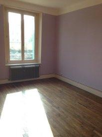 2 pièces - 48 m2.  Appartement situé au premier étage d\'un immeuble rue Aristide Briand à Vandoeuvre-les-Nancy. Il comprend une entrée, un séjour, une cuisine séparée et équipée (meubles et plaque), une chambre, une salle de bain avec WC. Chauffage individuel au gaz.<br>
