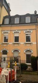 Local Commercial situé au centre de la ville de Esch-sur-Alzette Idéal pour les professions libérales.  ou autres.  Idéalement situé à proximité de de la gare et rue de l'Alzette, dans un joli bâtiment ancien avec beaucoup de charme.  Convient aussi comme mixed habitation/bureaux, avec salon, cuisine et salle de bains et bureaux.