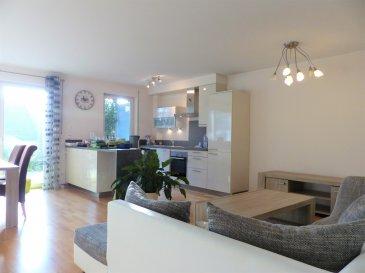 Cet appartement moderne se trouve au rez-de-chaussée d'un petit immeuble résidentiel de 2 étages, au calme dans la commune de Schuttrange. Il possède environ 82m² habitables avec une agréable terrasse/jardin de ± 24m² et se compose comme suit :  Un hall d'entrée de ± 10m² avec un coin vestiaire ; d'une toilette séparée de ±2m² ; d'un grand séjour de ± 41m² avec cuisine américaine et vue sur la terrasse ; d'une salle de bains de ± 5m² (lavabo, baignoire, sèche-serviettes et wc) ; d'une buanderie de ± 2m² ; d'une chambre de ± 14m².  Au sous-sol, une cave privée d'environ 7m² - n° 020 et 2 emplacements de parking - n° 017 et 002     Détails supplémentaires :  •Appartement en excellent état   •Agréable terrasse de 24m² , vue sur une ferme   •Environnement agréable, zone résidentielle, calme tout en étant proche des connections autoroutières, des commerces, cinémas, crèches, écoles, …. (Kirchberg)   •La gare de Munsbach se trouve à 800m et l'aéroport à 7km.      Loyer mensuel : € 1.450,-  Charges : € 200,-  Caution : 2 mois de loyer soit € 2.900,-  Frais d'agence : € 1.450 + 17% TVA soit € 1.696,50  Contact :  Jimmy de Brabant   +352  661 167 494