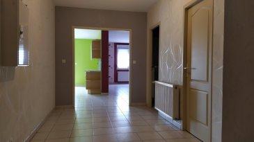 Bel appartement de 87.70 m2 au 2e et dernier étage composé d'une entrée, d'une cuisine ouverte sur le salon-séjour, deux chambres, une salle de bains, un WC, un balcon, une place de parking, chauffage gaz, double vitrage PVC blanc