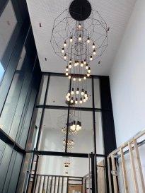 Magnifique appartement d'une chambre avec vue dégagée sur Luxembourg-Ville.   Situé au 6ème étage de la résidence Zénith 2 au Ban de Gasperich, cet appartement de 55,9m2 vous accueillera avec une séjour et cuisine ouverte de 24 m2, un hall de 8m2, une chambre de 16m2, une loggia de 6m2 et une salle de douche de 3,5 m2.  Au même étage, vous avez votre buanderie et débarras privatifs de 6m2 directement en face de votre entrée.  Vous pourrez louer un emplacement de stationnement au sous-sol pour l'équivalent de 150€/mois.  L'infrastructure dans l'immeuble comprend une piscine et un sauna.  A proximité, vous trouverez : Bus, Train, Tram (2023), Espaces verts, Supermarchés ainsi que de nombreuses infrastructures scolaires dont Lycée Français « Vauban », International School (ISL), Luxembourg School of Business  Pour de plus amples informations, vous pouvez nous contacter par e-mail auprès de contact@new-house.lu ou par téléphone au +352 621319510 ou +352 26787653.  Nos honoraires sont affichés hors TVA 17% et sont à charge du locataire.