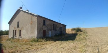 Terrain d'une superficie de 91a 20ca avec une maison individuelle en très mauvais état.