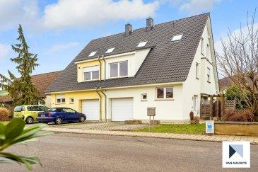 Située à Mensdorf, cette maison mitoyenne datant de 2006, d'une surface habitable de ± 197 m² pour une surface totale de ± 268 m², se compose comme suit:  Au rez de chaussée, le hall d'entrée ± 8 m² avec wc séparé ± 2 m² dessert le séjour ± 36 m² et la cuisine ± 10 m², tous deux avec accès au jardin. Un garage ± 17 m² complète ce niveau.  Le 1er étage se compose d'un palier ± 4 m² suivi d'un hall ± 9 m² desservant trois chambres de ± 18, 19 et 14 m², une salle de bain ± 12 m² avec baignoire, douche à l'italienne, double lavabo et wc et enfin, un débarras sous escalier ± 2 m².  Le 2ème étage, sous les combles, s'ouvre sur un palier ± 5 m² donnant accès à deux chambres de ± 8 m² chacune, un bureau ± 2 m² et une salle de bain ± 4 m² avec baignoire, lavabo et wc.  Le sous-sol comprend un palier ± 4 m², une buanderie/chaufferie ± 18 m², une cave de rangement ± 7 m², une cave multifonctionnelle ± 25 m², un atelier ± 12 m² donnant sur une cour anglaise et enfin, un débarras ± 4 m².  Généralités:  Maison en très bon état, lumineuse ;  Belle vue ;  Environnement calme et agréable.