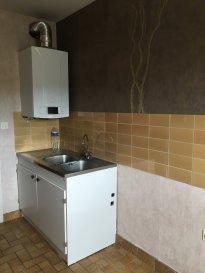 2 pièces - 46.83 m2.  Situé dans une résidence rue du Vivarais à Vandoeuvre, grand deux pièces au quatrième étage avec ascenceur. Il comprend une entrée avec placard, une cuisine séparée, un séjour avec balcon, une chambre, une salle de bain et wc séparé.<br> Chauffage individuel au gaz.<br>