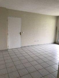 Réf: 1212  Appartement de 44 m² en rez-de-chaussée secteur Berck Ville avec terrasse et place de parking:  Entrée avec placard, séjour, cuisine non équipée avec cellier, wc, salle de bains et 1 chambre avec placard.  Loyer: 425 € Charges: 30 € (eau et edf en supplément)  1 mois de loyer   frais d\'agence: 255 €  Libre  Réf: 1212