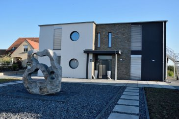 L\'agence Belardimmo vous propose une villa contemporaine à Himeling, construite en 2013 à vendre de 480 m² habitables avec piscine chauffée positionnée sur un terrain de 72 ares ( appropriés pour chevaux) à 3 km du Golf de Preisch, à 3 km de Mondorf-les-Bains (L), à 6 km de Frisange (L), accès rapide sur les autoroutes, à 20 minutes de Thionville et à 25 minutes de Luxembourg-Ville.<br><br>La villa propose 2 grandes terrasses exposées plein sud, dont une de 250 m² se trouvant à l\'étage. <br><br>La villa se compose d\'un rez-de-chaussée de 360 m², avec 5 chambres, 2 salles de bain avec baignoire et douche, 2 dressings, une grande cuisine ouverte de 35 m² , un séjour et salle à manger de 70 m², desservis par un hall d\'entrée de 40 m² donnant sur une grande terrasse avec plage piscine.<br><br>Au même niveau se trouvent une buanderie, un débarras et un grand garage pour 2 voitures.<br><br>Possibilité de louer la maison pour 3500€ hors charges.<br><br>Au premier étage un appartement avec entrée indépendante de 125 m² donnant sur une terrasse de 250 m² loué à 1.300€/mois<br>Renseignements : 26 54 31 48 / 661 57 25 02<br>