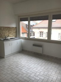 APPARTEMENT F3.  Au centre-ville de PHALSBOURG, appartement de type F3 de 78 m2 au 2 ème étage comprenant : entrée, couloir, cuisine, salon-séjour, salle de bains, wc, 2 chambres. Garage. Chauffage individuel électrique.