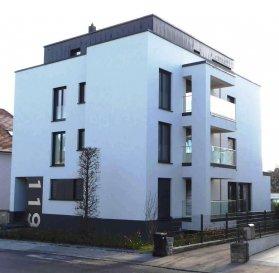 * APPARTEMENT NEUF  - 1er LOCATION  - DISPONIBLE DE SUITE *<br><br>Bel appartement très lumineux avec BALCON BOIS  <br>dans  nouvelle résidence de conception moderne <br><br>L\'appartement se compose comme suit:<br>==============================<br>-  Hall d\'entrée <br>-  Débarras spacieux <br>-  Grand Séjour ouvert sur cuisine ITALIENNE moderne entièrement équipée <br>-  Chambre à coucher (parquet)<br>-  BALCON BOIS de 5.30 m²  <br>-  Salle de douche <br>-  WC séparé<br>-  Cave privative spacieuse (6,6 m²)  <br>-  Buanderie commune - <br>-  Parking intérieur privatif <br><br>-  Studio entièrement équipé en luminaires (LED)<br>-  Store-lamelles électrique extérieur (occultant et tamisant)<br><br><br>Idéallement situé car proche de toutes commodités: <br>zone d\'activité \