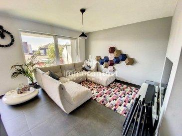 Immo-contact vous propose  à la vente ce magnifique appartement situé à Strassen, dans une copropriété très bien entretenue.  D'une surface habitable de +/- 88m², il se compose comme suit:  - hall d'entrée avec vestiaire encastrée et WC séparé - Séjour/salle à manger donnant accès à la terrasse de +/-18m² orientée plein sud - cuisine équipée ouverte - 2 chambres à coucher donnant sur l'arrière de la résidence - salle de bain avec baignoire et douche italienne  Pour compléter ce bien vous disposerez également: - 2 parkings intérieurs, l'un à coté de l'autre - cave +/-5m² - joli jardin commun situé à l'arrière de la résidence   Appartement idéalement situé, proche des arrêt de bus, des commerces et des écoles  Pour toutes autres informations contactez-nous au 26.311.992 ou sur info@immocontact.lu.  Pour toutes estimations de votre bien ( disponible en 48H), n'hésitez pas à nous contactez au 621.75.86.43.