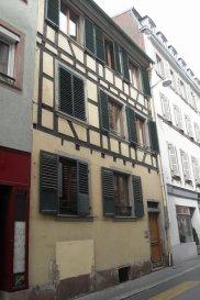 Studio - 15m2 - Strasbourg Centre Ville. En plein cœur du centre ville de Strasbourg, à proximité immédiate des commerces et des transports, nous proposons à la location un appartement de 15m2 situé en rez de chaussée sur cours, d'un petit immeuble alsacien. Il comprend: une pièce principale avec coin kitchenette (plaques et réfrigérateur), et une salle d'eau avec WC. Chauffage et eau chaude : individuel électrique.  Surface habitable: 15m2  Loyer: 330€ par mois charges comprises dont 35€ de provisions pour charges avec régularisation annuelle. Dépôt de garantie: 295€ Honoraires à la charge du locataire: 195€ dont 45€ pour l'état des lieux. Loyer 330.00  euros par mois  Charges comprises dont - 35.00  euros de provision sur charges - régularisation annuelle  Honoraires charge locataire : 195.00 euros TTC dont 45.00 euros TTC pour état des lieux