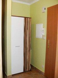 RE/MAX, spécialiste de l'immobilier à Dudelange, vous propose en location ce charmant appartement meublé de 55m2 habitables. Idéal pour une ou deux personnes, (animaux non acceptés).  Voici comment il se compose :  - Un Living et un coin repas lumineux, cuisine équipée ouvert (35m2) - Une chambre à coucher de 16m² - Une salle de douche avec WC - Une place de parking extérieure (Nombreuses places de parking aux alentours)   L'appartement est situé au début du quartier Italien: à proximité de l'arrêt
