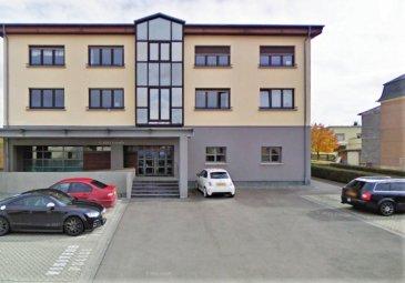 Situé dans la dynamique commune de Roeser, dans un environnement verdoyant et proche de Luxembourg-ville, cet appartement moderne et épuré par son intérieur au design minimaliste datant des années 70's, entièrement rénové en 2020 occupe le 1er étage d'une petite copropriété soignée de 4 unités.  D'une surface habitable de ± 104 m² pour une surface totale de ± 118 m², il se compose comme suit :  Au 1er étage, l'entrée s'ouvre désormais directement sur un spacieux hall d'entrée ±17 m² baignant de lumière naturelle grâce aux six portes qui se fondent dans le couloir.  Celui-ci dessert deux lumineuses chambres de ± 18 et 17 m², aux tons neutres de blanc, gris et bleu, une confortable cuisine aménagée et équipée ± 12 m², une salle de bain ± 9 m² avec lavabo, baignoire, douche, wc suspendu + raccords eau pour lave-linge, ainsi qu'un séjour de ± 27 m² incluant un coin salle à manger. Au rez-de-chaussée, un emplacement privatif extérieur ± 14 m² complète cette offre.  Détails complémentaires : Appartement et copro. en bon état et aux finitions propres ; Châssis pvc-aluminium, double vitrage ; volets manuels; Parquet laminé dans tout l'appartement hormis les chambres (carrelage); Chauffage au gaz , par radiateurs; Situation recherchée, environnement calme et verdoyant ; à proximité de Luxembourg-ville (8 km) et du quartier Cloche d'Or (± 6,4 km); Proche de toutes commodités: commerces, restaurants, axes autoroutiers, transports en commun (arrêt de bus à 60 m; gare de Bettembourg à 2 km); Belles promenades dans les alentours (grand parc communal, forêts, …)  Loyer : 2.050 €; Charges : 220 € + place de parking 150€ Garantie locative : 2 mois de loyer ; Bail de 1ans ou 2ans Disponible immédiatement;  Agent responsable: Sarah Mobile: (+352) 621 748 117 E-mail: Sarah@vanmaurits.lu