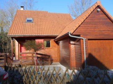 REF 5888  Dans un parc sécurisé et verdoyant un chalet ossature bois de 70 m2 Utile et 58 m2 habitable sur une parcelle de terrain de 261 m2.  Comprenant: séjour/cuisine équipée, chambre, salle de bains avec douche et baignoire wc. A l\'étage: Dégagement pouvant servir de chambre, chambre avec wc.  Garage avec porte électrique, Terrasse, jardin  DPE E225 et GES C 15