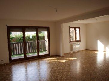 F3-4 à louer à Hésingue.  Au rez de chaussée surelevé d\'une petite copropriété calme de Hésingue, ce grand et lumineux F3-4 de 95 m2 entièrement refait à neuf comprend: une entrée avec vestiaire, une cuisine entièrement équipée neuve avec balcon, un cellier avec placards attenant à la cuisine, un salon-séjour en parquet massif très lumineux avec balcon, 2 chambres, une salle de bain avec douche et baignoire, WC séparés. Cave avec emplacement prévu pour lave-linge, garage individuel fermé. Chauffage individuel électrique. Disponible de suite.