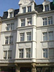 Avenue Leclerc de Hauteclocque, à proximité du centre ville et de la Gare SNCF, au 4ème étage, bel appartement 5 pièces de 114m², comprenant une entrée, une cuisine équipée, un salon-séjour, trois chambres, une salle de bains, WC. Chauffage individuel au gaz. Disponible à compter du 15 Décembre 2018