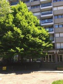 Bel appartement(110m2) situé 5, rue Jean-Pierre Sauvage L-2514 Luxembourg Kirchberg au 3ième  étage d'un immeuble construit en 1975. Le bien se compose d'un Hall d'entrée avec une armoire encastrée, d'un grand séjour, d'une cuisine fermée équipée, de 2 chambres à coucher avec sols en parquet, dont 1 avec accès balcon et l'autre avec des armoires encastrées, d'un WC séparé et d'une buanderie avec une surface habitable de 110m2 Au sous-sol de l'immeuble se trouvent une cave et un emplacement intérieur.  A l'arrière du bâtiment se situe un beau parc privé. Description : -Hall avec armoire encastrée -Grand Living  -2 chambres à coucher (une avec balcon) -1 salle de douche avec W.C. et lavabo  -1 W.C. séparé -1 Buanderie  -Cave (N° 21 au -2) -Parking sous-terrain (N° 122 au -1) ---------------------- SURFACES : -Hall -Marbre-10,75 m2 -Living-Marbre-39,25 m2 -Cuisine-Carrelage-14,25 m2 -Chambre 1-Parquet-17,50m2 -Chambre 2-Parquet-16,5m2 -Salle de bains-Carrelage-6,35m2 -W.C. séparé-Marbre-2 m2 -Buanderie-Carrelage-2,30 m2 -Balcon--6 m2 ---------------------- LES + -Rénovation de la façade, étanchéité + balcon -nouvelle porte d'entrée + parlophone -stores électriques - proche des institutions européennes et bancaires et à deux pas du plateau de Kirchberg. -Situation calme et proche de toutes commodités (Commerces, restaurants, grand centre de sports, natation et de fitness (COQUE), philharmonie, musée national(MUDAM) ect. -  Bonne déserte en transport commun (Bus et tram) ----------------------- Pour plus de renseignement ou un RDV contactez : SIGELUX : 46 71 31 ou  info@sigelux. L'adresse du bien : 5, rue Jean-Pierre Sauvage L-2514 Luxembourg-Kirchberg Prix :  € 735.000,-