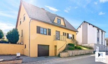 Située à Flaxweiler, proche de la sortie d'autoroute A1, dans la commune recherchée à l'est de Luxembourg-ville, cette maison construite en 2001 dispose d'une surface habitable de ± 168 m² pour une surface totale de ± 290 m².  Elle se compose de la façon suivante :  Le rez-de-chaussée dispose d'un hall d'entrée ± 8 m² qui donne sur le séjour de ± 37 m² avec cheminée et accès à la terrasse de ± 33 m². La cuisine équipée et aménagée de ± 17 m² avec îlot central dispose également d'un accès direct à la terrasse. L'étage reprend encore un palier de ± 7m², une salle de douche avec WC ± 8 m², une chambre / bureau de ± 14 m² et d'un débarras.  Le 1er étage se compose d'un palier de nuit avec coin repos / lecture de ± 10 m², de trois chambres à coucher de ± 12, 12 et 15 m², d'une salle de bain avec baignoire et douche de ± 8 m², d'un dressing de ± 6 m² et d'un débarras de ± 4 m².  Le sous-sol comprend un palier de ± 13 m², une cave de ± 20 m², une buanderie de ± 9 m², un grand double garage de ± 49 m² et un local technique avec une chaufferie au mazout de ± 10 m².  La terrasse ± 33 m² est orientée Sud Ouest, donnant sur un petit jardin avec une belle vue dégagée sur les prairies.  Proche de toutes commodités du village et accès facile à l'autoroute A1.  Généralités:  - Maison bien entretenue; - Chauffage Mazout - Grand Garage - 4 chambres deux salles de bains / douche - Jardin - Transports publics - Ecole Dreiborn