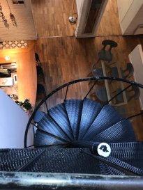 Lille centre - Du charme , du cachet , de l'espace, un esprit loft/atelier  parisien  ,  pour cette époustouflante maison sur 3 niveaux. Située en fond de copropriété ,cette maison vous offre une belle entrée et ses nombreux placards- Une cuisine /salle à manger vous invite à des longs repas familiaux ou entre amis -  Vous ronronnerez de bien être dans le  séjour réchauffé par le poêle Godin et le soleil du patio. Au 1 er : espace parentale (salle de bain , dressing )un grand palier :bureau/bibliothèque/salon de musique , chambre d'amis . Au second les enfants se disputeront les chambres avec leur mezzanine , la salle de bain et installeront dans la cave le billard ou baby foot et pourquoi pas un spa pour les parents ?  Chauffage individuel électrique  Charges e copropriété  200 /mois Barbara Immobilier 0666924628