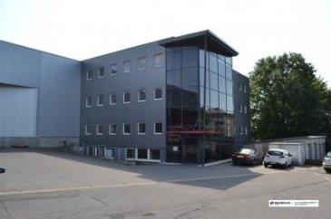 Nous vous proposons  un  bureau dans ce bâtiment.  Le bâtiment offre un cadre soigné, moderne, fonctionnel et parfaitement entretenu.  Le bureau est équipé avec câblage pour mise en réseau d'ordinateurs, internet, etc.  WC Dames ûHommes commun Kitchenette Revêtement des sols en carrelage.  (Parking sur emplacements extérieurs)  Loyer 215 euro HTVA charges 30 euro HTVA pour la ligne téléphonique et raccordement internet  Garantie bancaire de 3 mois Paiement 1 Loyer       Frais d'agence + TVA          libre immédiate  Ref agence :gw-980232