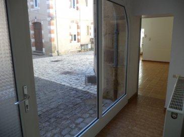 Maison en duplex en fond de cour  comprenant : une cuisine aménagée, un salon, une cave, un WC, deux chambres, une salle de douche.