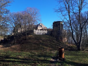 The Château situated as an eagle's nest at 307 meters altitude never tires of comtemplating the scenery across the Warndt region. Built on a plot measuring 19.90 acres, it offers 30 rooms covering a surface of 1163 square meters