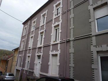 Entre Longwy-haut et Longwy-bas, IMMEUBLE de RAPPORT composé de 3 appartements  - 1 appartement T1, - 3 appartements T2, - 3 appartements T3   un appartement supplémentaire avec entrée privative et terrasse est en cours de création (le bien pourra se louer 600€).  Façade récente, Toiture en bon état, électricité conforme. Rendement locatif : 38 400 €/an + 7 200 € en sus/an avec la création de l'appartement supplémentaire Les charges incluent l' eau des appartements  + électricité des communs 2 garages
