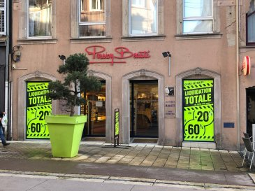 SARREBOURG.  Centre-ville, Grand rue, dans une copropriété de 32 lots. Local commercial d'une surface de 515 m2 + cave. Chauffage par aérotherme réversible. Charges annuelles: 4000 EUR.