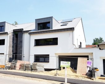 ***** INTELLIGENT HOUSE SYSTEM - SMART HOME ***** **************** CUISINE ÉQUIPÉE INCLUS ******************  F&N Promotion vous propose une nouvelle maison, situé à Reuland, construite dans un style moderne, avec une surface habitable net de +/-300m2 - 5 min du Junglinster, 15 min du Kirchberg – Luxembourg. (Classe énergétique A/B)  Reuland (commune Heffingen) dispose de toutes les infrastructures nécessaires (crèche, école, foyer de jour, etc.), à proximité de la ville Junglinster, ou vous trouverez toutes commodités nécessaires.  La maison comprend également un