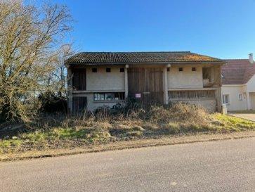 BETTANGE - Grange  sur 7a65ca. BETTANGE - entre Boulay et Bouzonville, sur 7a65ca en coeur de village au calme, vaste grange à aménager ou démolir pour reconstruire.<br/><br/>