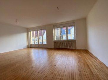 METZ Queuleu - F3/4 - 84 m². Idéalement situé, ce charmant F3 de 84 m² avec 2 chambres, récemment rénové, offre de beaux atouts. Une belle entrée avec placard, un salon-séjour de 29m² sur balconnet, cuisine séparée avec balcon sur l\'arrière, salle de bain et WC séparé. Un garage fermé, indispensable pour le secteur et une cave complètent l\'ensemble.<br/>Proche accès autoroute et Mettis.<br/>Libre en Janvier 2021